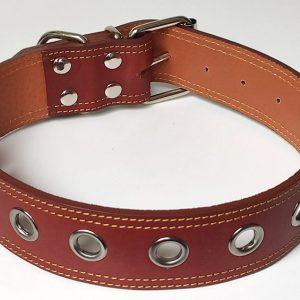 Collar de perro marrón en cuero calado.